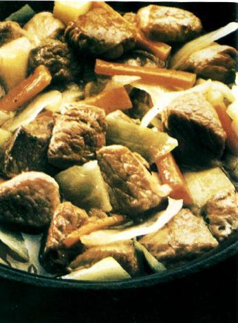 Говядина тушёная с капустой и морковью