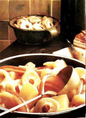 Сушеные яблоки с картофелем и салом