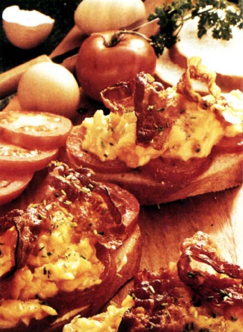 Бутерброды с яичницей и помидорами
