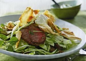Капустный салат с ягненком и поджаренным хлебом