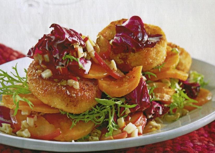 Салат с бататом и обжаренными ломтиками сыра