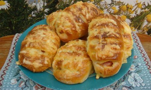 Пирожки с сыром и сосисками