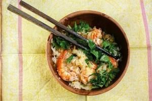 Сладкий рис с креветками, чесноком и рукколой