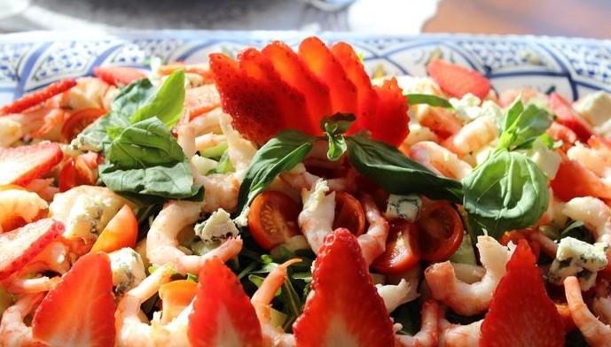 Праздничный вегетарианский салат с клубникой, руколой и креветками