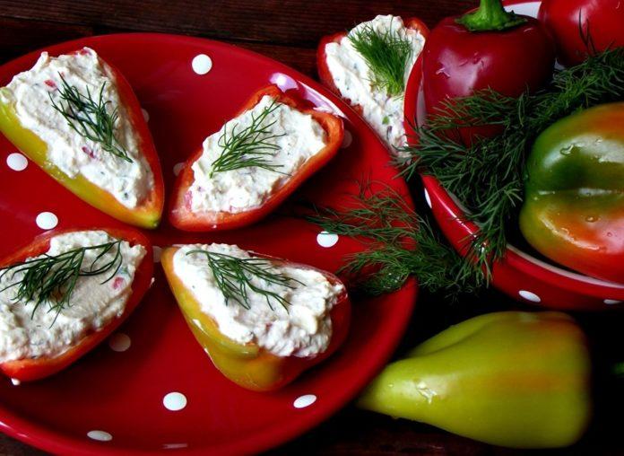 Сладкий перец с творожным кремом и орехами