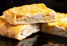 Пирог из слоеного теста с картофелем и курицей